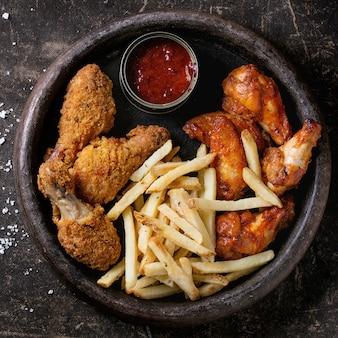 Pernas de frango frito com batatas fritas