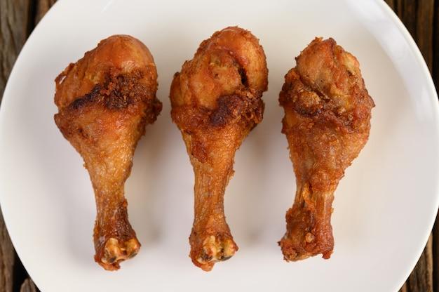 Pernas de frango frito em um prato branco