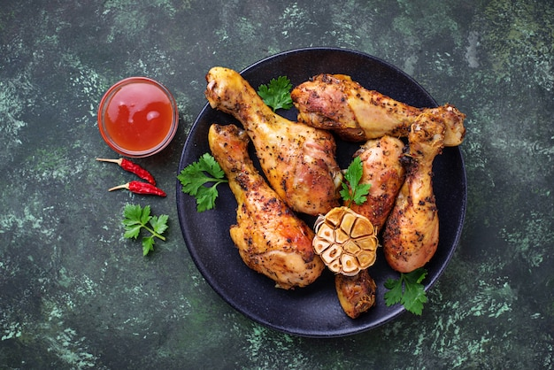 Pernas de frango grelhado com especiarias e alho.