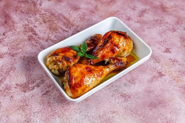 Pernas de frango grelhado com especiarias.