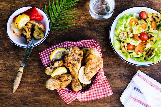 Pernas de frango grelhado com limão e salada