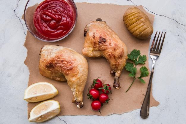 Pernas de frango grelhado delicioso para o jantar em papel pardo