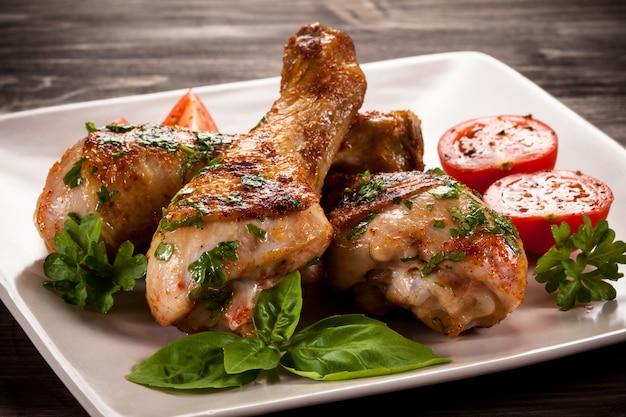 Pernas de frango grelhado e legumes