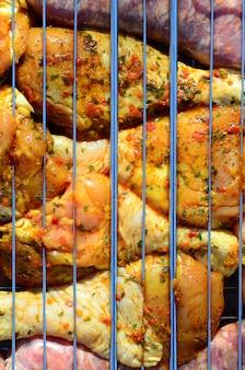 Pernas de frango marinadas na churrasqueira a carvão quente