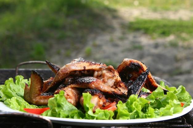 Pernas de frango na grelha com legumes