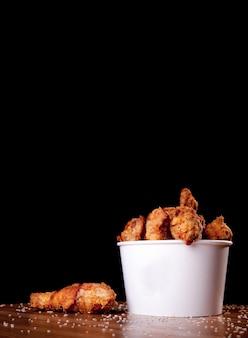 Pernas de frango para churrasco em balde branco