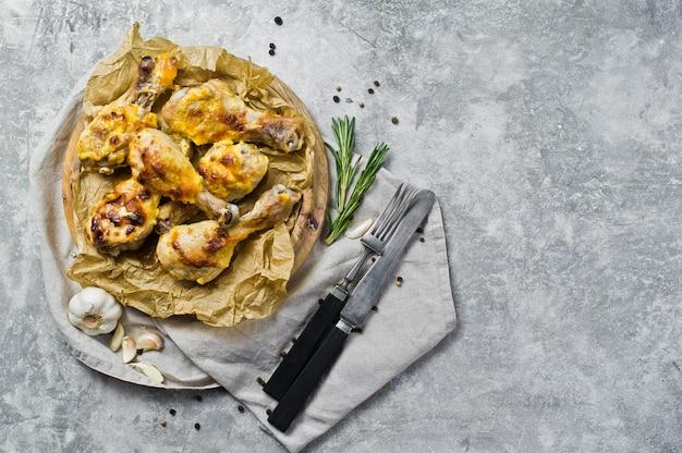 Pernas de frango para churrasco na bandeja com o papel kraft.
