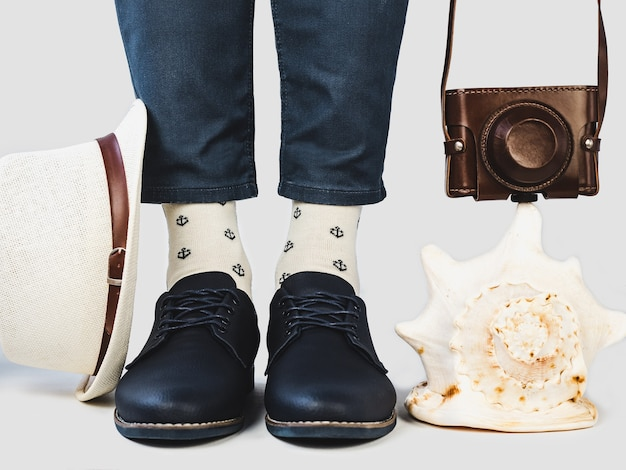 Pernas de homem, sapatos da moda e meias brilhantes. Foto Premium