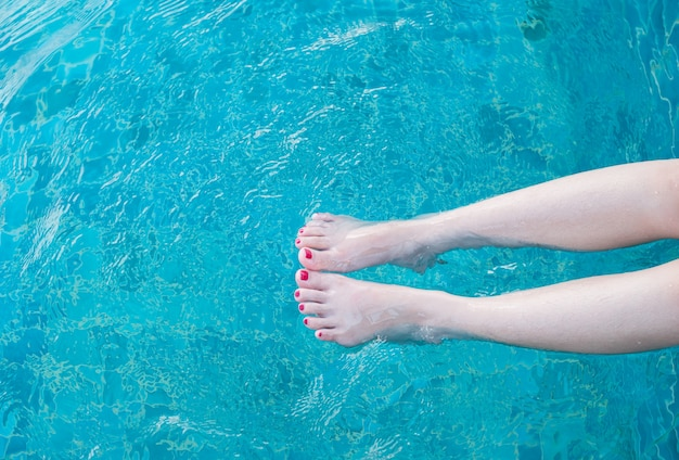 Pernas de mulher beleza na piscina