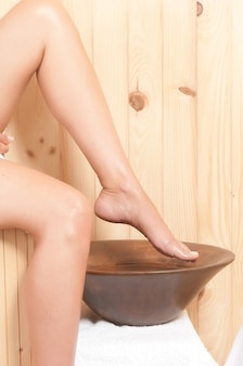 Pernas de mulher bem cuidadas em um spa após um tratamento
