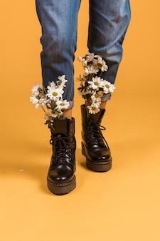 Pernas de mulher com flores em sapatos