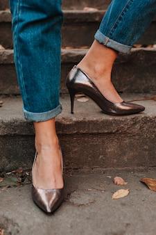 Pernas de mulher em sapatos de salto alto ao ar livre