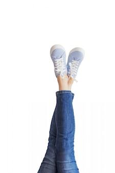 Pernas de mulher em um jeans azul
