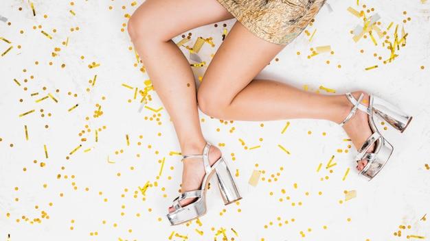 Pernas de mulher no chão festivo