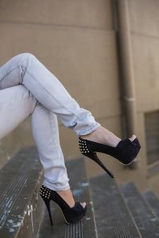 Pernas de mulher sexy em saltos altos
