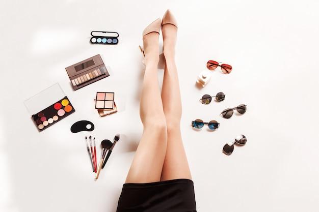 Pernas de mulheres e verão moda acessórios elegantes vista superior