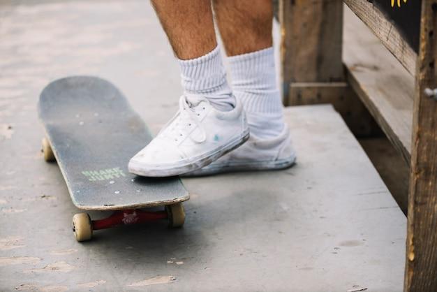 Pernas de pessoa com skate
