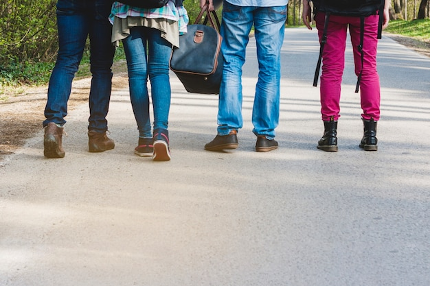Pernas de quatro turistas a pé