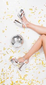 Pernas de salto alto no chão de discoteca