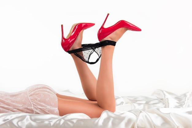 Pernas de salto e calcinha cueca de cor preta beleza e tentação não seja tímido