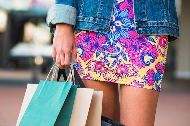 Pernas de senhoras e pacotes de compras