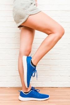 Pernas de uma jovem mulher desportiva caucasiana