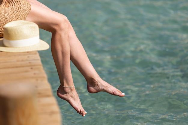 Pernas de uma mulher em uma ponte de madeira