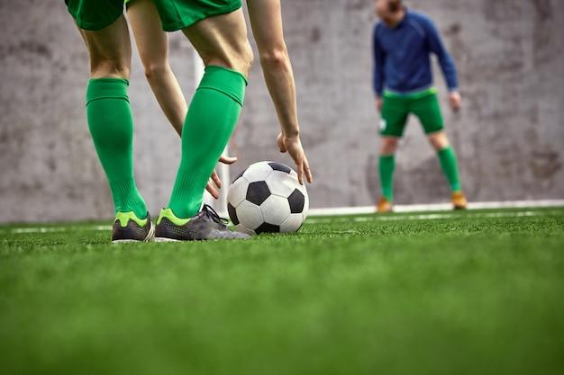 Pernas do jogador de futebol