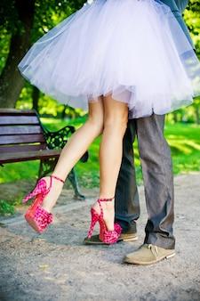 Pernas do noivo e da noiva.