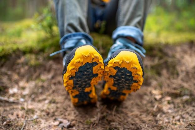 Pernas dos homens em botas de trekking para visão detalhada da atividade ao ar livre