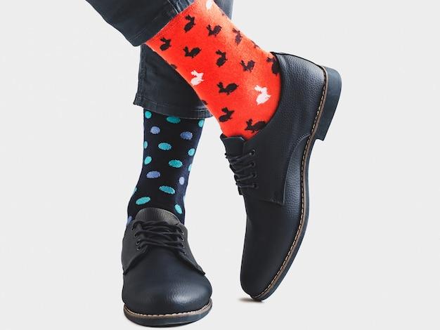 Pernas dos homens, sapatos da moda e meias brilhantes