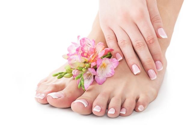 Pernas e mãos femininas na composição de tratamento de spa