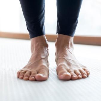 Pernas em close e pessoa usando calças esportivas