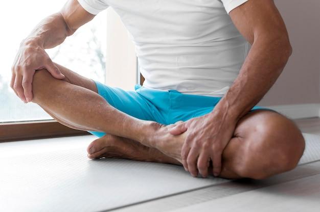Pernas em close-up e posição de lótus