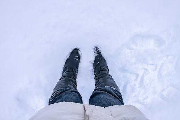 Pernas em jeans azul em uma deriva