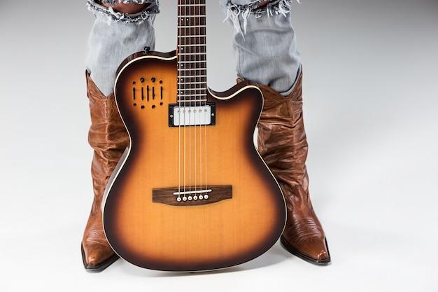 Pernas em jeans e botas de cowboys