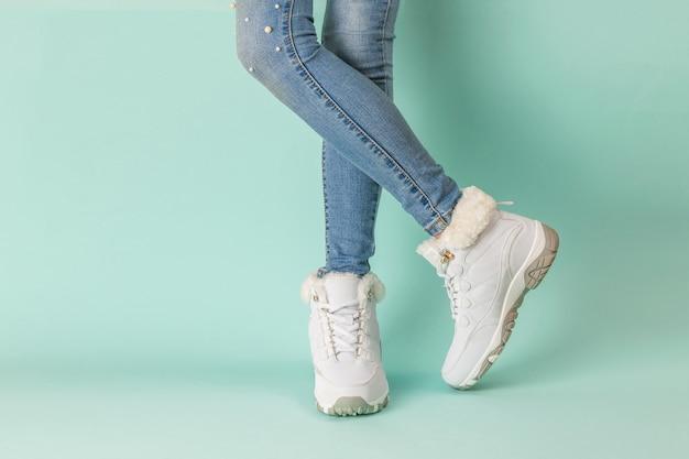 Pernas em jeans e tênis com pele