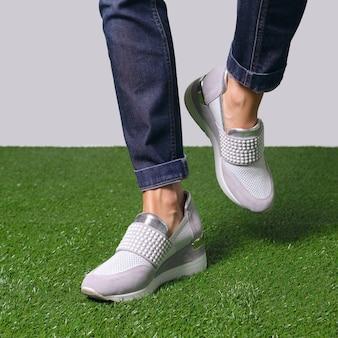 Pernas femininas andando no conforto casual tênis urbanos