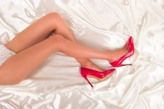 Pernas femininas em fundo branco