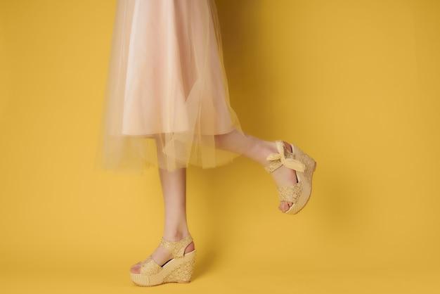Pernas femininas em sapatos sociais posando de estilo de verão