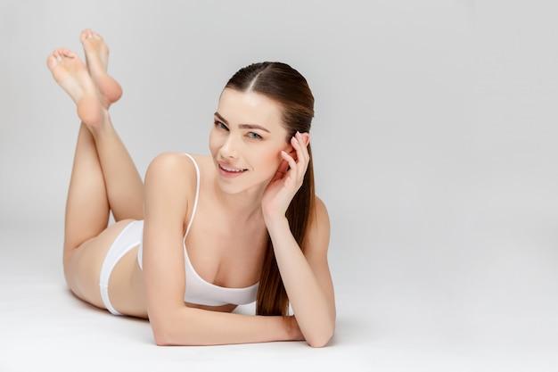 Pernas femininas perfeitas em cinza