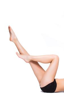 Pernas femininas perfeitas, isoladas no fundo branco