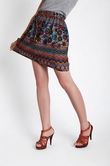 Pernas finas femininas em sapatos com salto comprido. garota com saia curta. mulher sexy de pernas longas perfeitas, pele lisa, depilação nas pernas