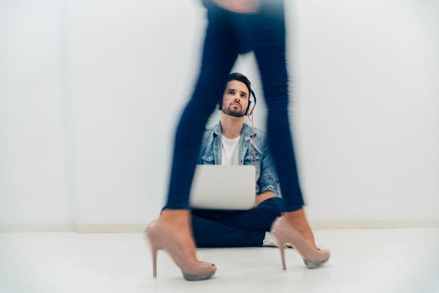 Pernas fiquem borradas com homem atraente no fundo