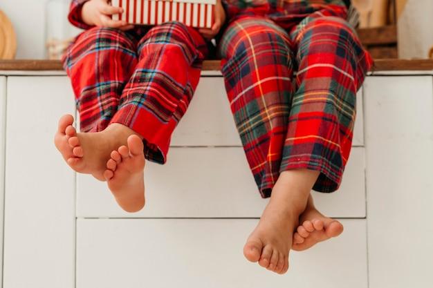 Pernas infantis em roupas de natal