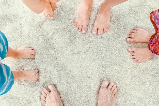 Pernas lindas na areia do mar fundo da grécia