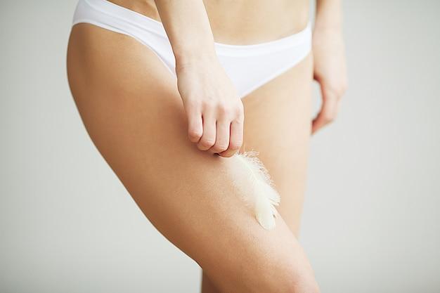 Pernas longas da mulher com pele macia bonita. cuidado corporal beleza