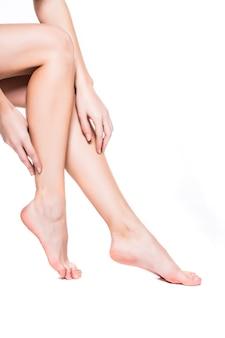 Pernas longas e bonitas de mulher isoladas no fundo branco