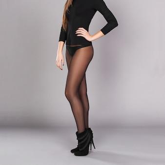 Pernas longas femininas em meias pretas