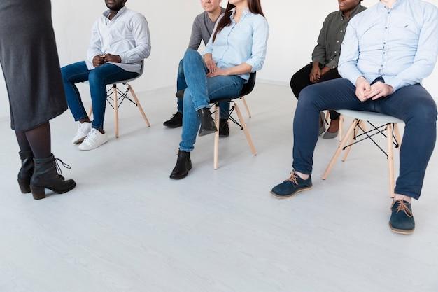 Pernas masculinas e femininas em uma clínica de reabilitação